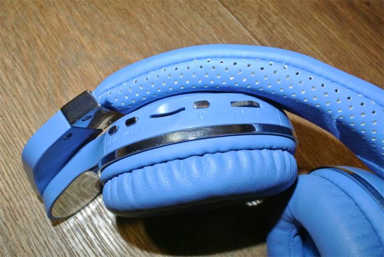 0f11ab3b En avtakbar 3,5 mm kabel er festet til hodetelefonene for å lytte til  musikk